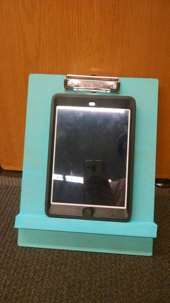 Un portarrecetas sosteniendo una tablet.